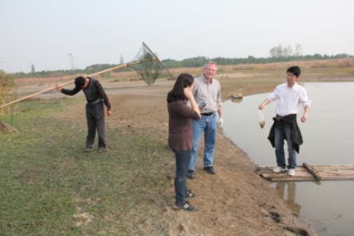 Åke Bergman takes samples with Chinese researchers. Photo: Birgitta Bergman
