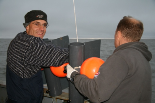Orjan Gustafsson (left) and Martin Kruså take sediment samples in the sea north of Siberia during the arctic expedition, 2008. Photo: Jorien Vonk