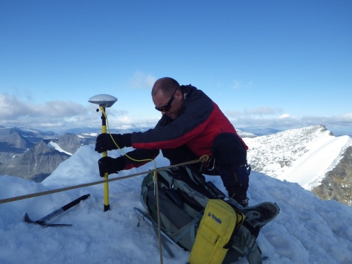 Measuring the height of the Kenekaise South peak. Photo: Gunhild Rosqvist.