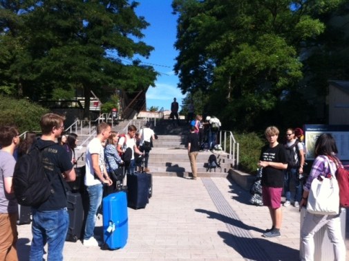 International Student Guide Johan Eriksson (black t-shirt and pink shorts) welcomes the students.